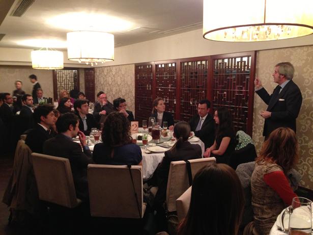 Manuel Valencia Alonso, Embajador de España en China, en la cena con becarios ICO