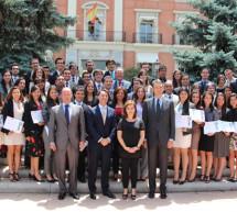 La vicepresidenta del Gobierno de España entrega los diplomas a los Jóvenes Líderes Iberoamericanos