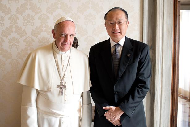 El presidente del Grupo del Banco Mundial, Jim Yong Kim, y el Papa Francisco se reúnen para analizar esfuerzos conjuntos dirigidos a poner fin a la pobreza