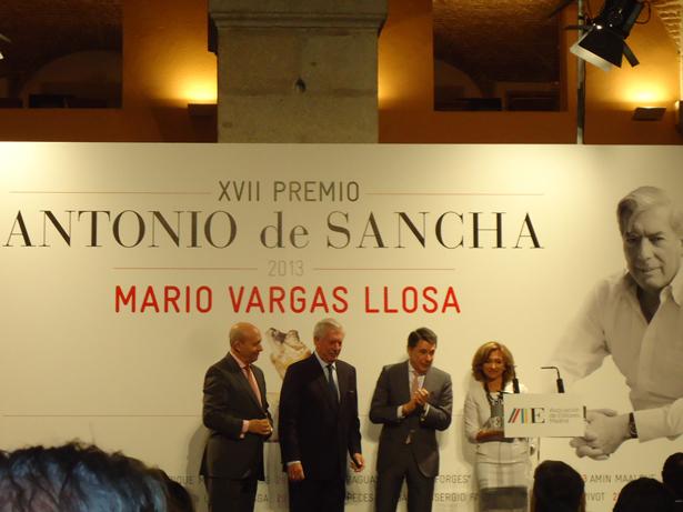 """Vargas Llosa, Premio Antonio de Sancha 2013 por su """"brillante"""" trayectoria recoge el galardón"""