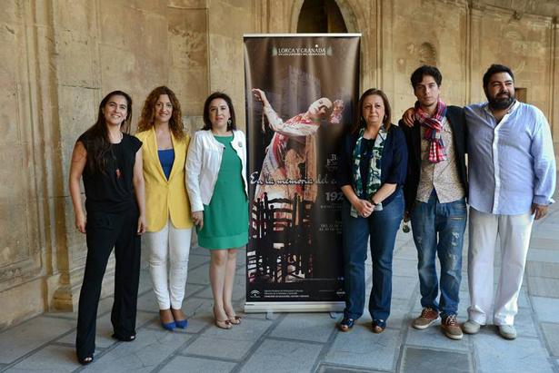 Mar Villafranca, directora del Patronato de la Alhambra, 3ª por la derecha, junto al resto de miembros que presentaron el Festival