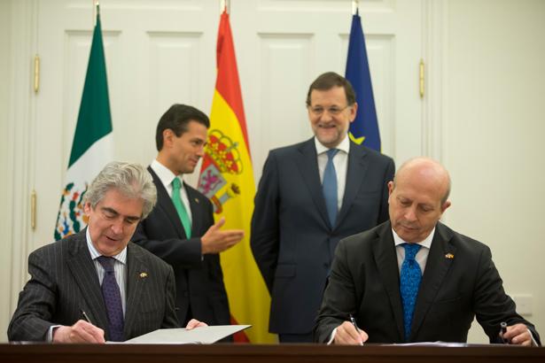 Rafael Tovar y José Ignacio Wert firman el convenio en presencia de Peña Nieto, presidente de México y Mariano Rajoy, presidente de España