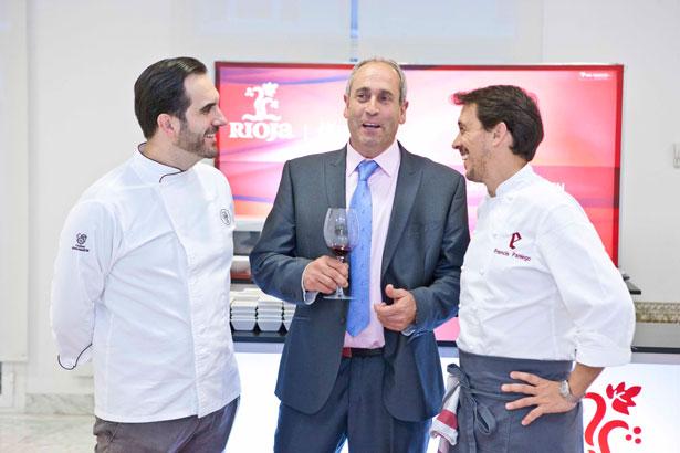 El presidente del Consejo Regulador de la D.O. Ca. Rioja, Luis Alberto Lecea, con los cocineros Mario Sandoval y Francis Paniego