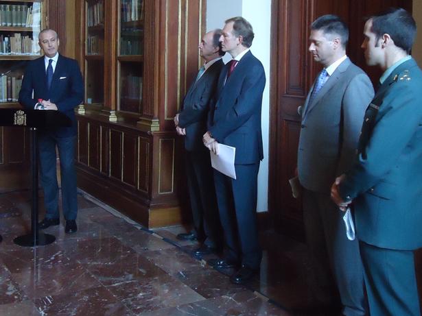 De Izq. a dcha. Arsenio Fernandez de Mesa; Andrés carretero, Miguel Ángel Recio; el representante de EUROPOL y el capitán Morales