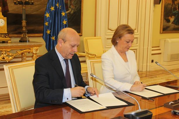 Wert y Rudi firmando el acuerdo