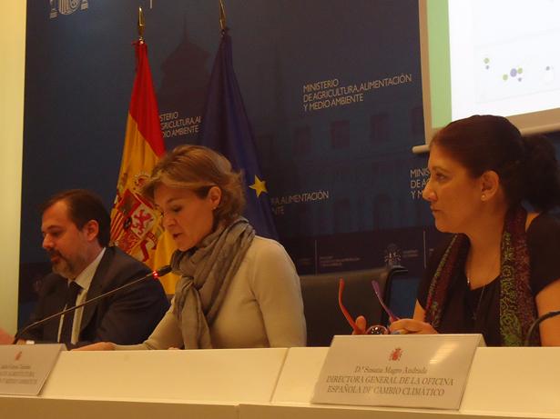 García Tejerina entre el secretario de Estado de Medio Ambiente y la directora general de la Oficina del Cambioi Climático. Foto: © patrimonioactual.com