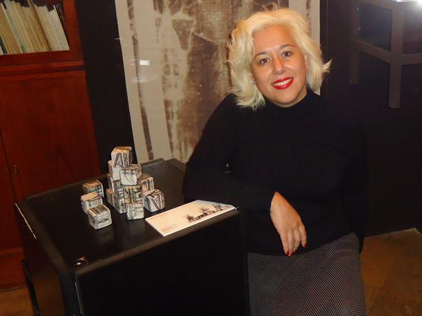 Carmen Castañón posando junto a uno de sus trabajos en la RABASF. Foto: © patrimonioactual.com