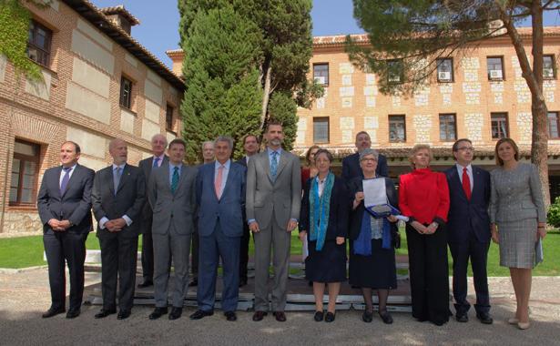 El Rey Felipe VI junto a las galardonadas y autoridades.