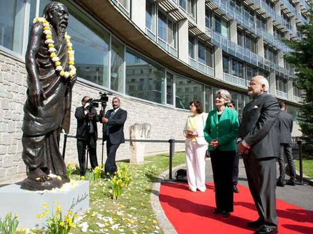UNESCO. El primer ministro indio, Narendra Modi e Irina Bokova junto a la escultura de Sri Aurobindo. Foto: © UNESCO/P. Chiang-JooH