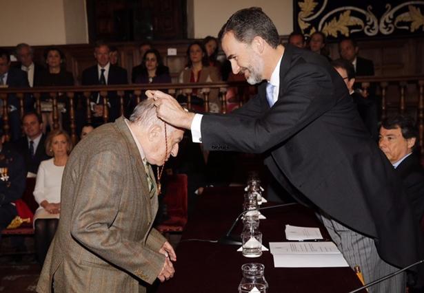"""Don Felipe hace entrega a Juan Goytisolo del Premio de Literatura en Lengua Castellana """"Miguel de Cervantes"""", en su edición de 2014 © Casa de S.M. el Rey"""