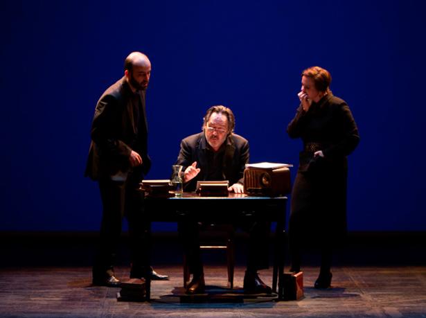 Santiago Ramos, sentado, interpreta a León Felipe, junto a Raúl Escudero y Aurora Cano