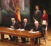 Sus Majestades los Reyes presencian la firma del acuerdo de implantación del SIELE