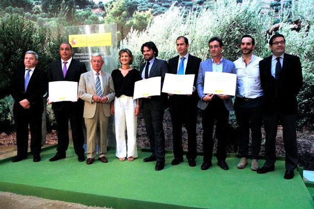 Isabel García Tejerina junto a los premiados, el cocinero Mario Sandoval, y altos cargos del MAGRAMA