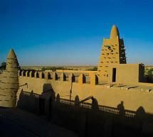 La Directora General de la UNESCO rinde homenaje a los habitantes de Tombuctú que participaron en la reconstrucción de los mausoleos