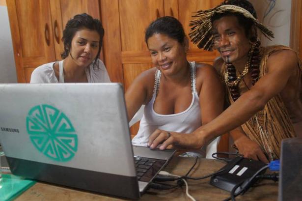 UNESCO. Produción de un libro electrónico por jóvenes indígenas, Brazil. Foto: © Sebastian Gerlic