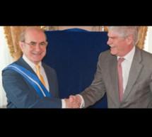 El ministro de Asuntos Exteriores y Cooperación entrega al Presidente de Nueva Economía Fórum la Gran Cruz de la Orden del Mérito Civil