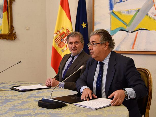 Juan Ignacio Zoido, ministro del Interior, en primer término, a la izquierda, Iñigo Méndez de Vigo, ministro de Educación, Cultura y Deporte.