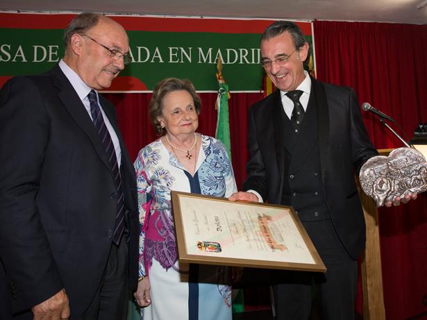 Miguel Ángel Gómez-Marínez, (dcha) recibe el Premio Casa de Granada en Madrid