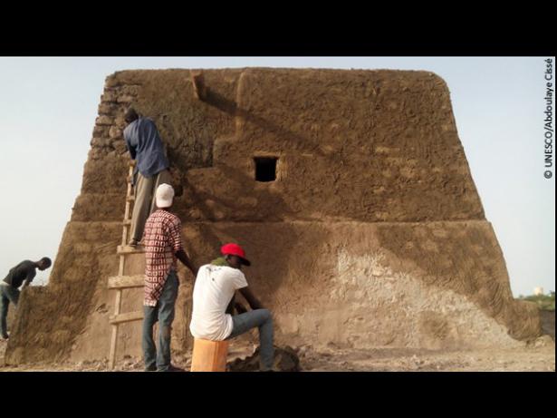 Obras de reconstrucción del mausoleo de Alfa Moya.