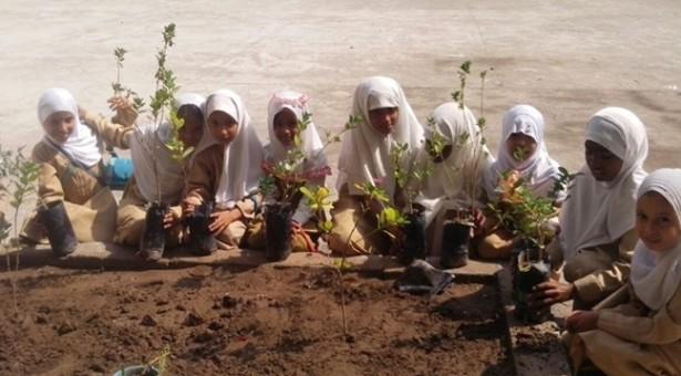 En Yemen un programa sostenible recicla desechos en material escolar